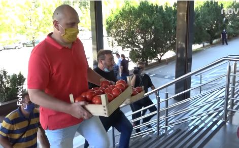 Ogorčeni poljoprivrednici prosuli gajbice paradajza ispred Ministarstva poljoprivrede